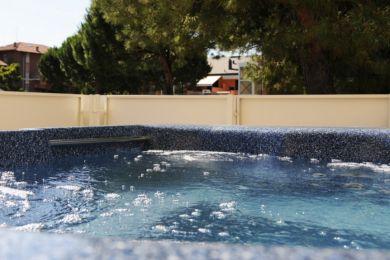 Immergiti nella vasca Idromassaggio sul balcone della tua stanza